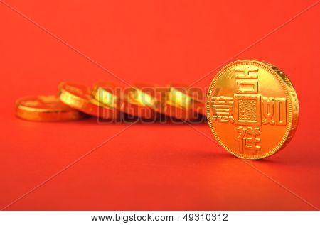 Monedas de oro de China sobre un fondo rojo