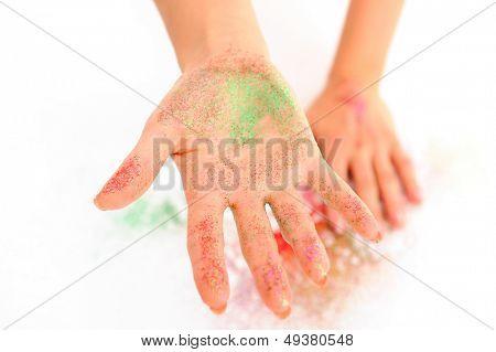 Mädchen Hände mit glänzenden Lidschatten auf Sie