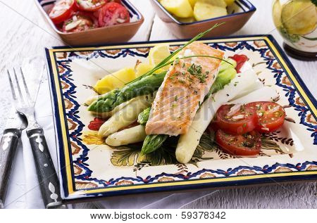 asparagus with salmon fillet