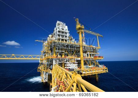 Oil and gas platform in offshore industry, Production process in petroleum industry, Construction pl