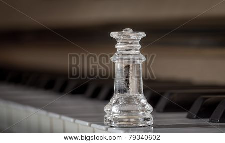 Glass chess queen on the piano (shiny)