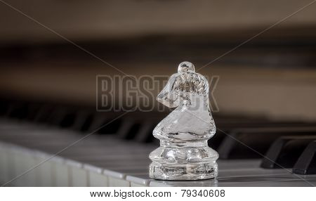 Glass chess horse on the piano (shiny)