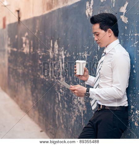 Manger With Digital Tablet