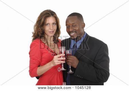 Casal romântico comemorando com vinho 11