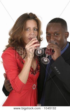 Casal romântico comemorando com vinho 13