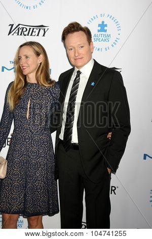 LOS ANGELES - OCT 8:  Liza Powel, Conan O'Brien at the Autism Speaks Celebrity Chef Gala at the Barker Hanger on October 8, 2015 in Santa Monica, CA