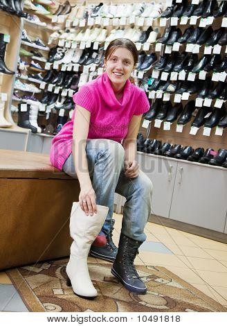 Mädchen wählt winterliche Schuhe