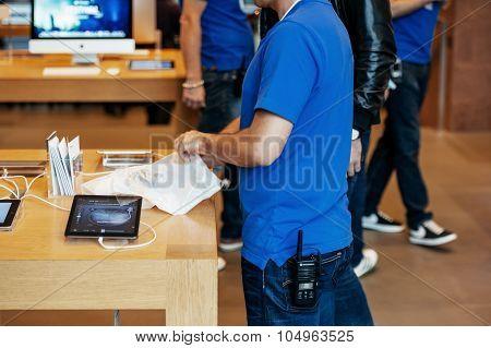 Apple Inc. Genius Employee Packaging The New Iphone