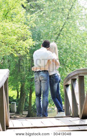 Joven pareja adolescente al aire libre