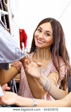 Junge Frau in einem Geschäft Kleidung kaufen