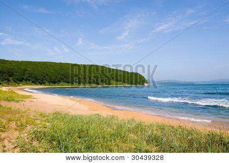 Sandy Ufer des Meeres in Sommertag.
