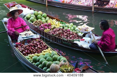 Local vendors selling goods at Damnoen Saduak Floating Market