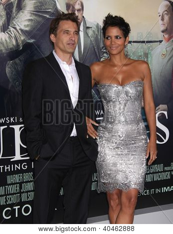 LOS ANGELES - OCT 24:  Olivier Martinez & Halle Berry arriving to