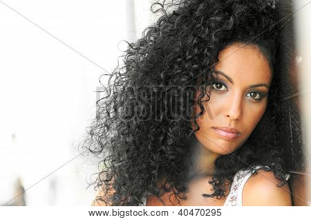 Young Black Woman, peinado Afro, fondo urbano