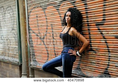 Young Black Woman en fondo urbano