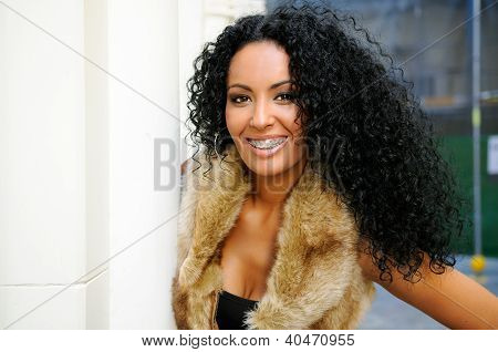 Young Black Woman con tirantes