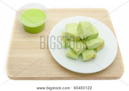 Slice steamed bread and pandan custard topping