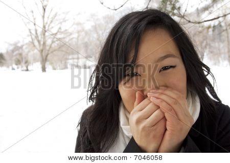 kalt und Einfrieren asiatischen weiblich