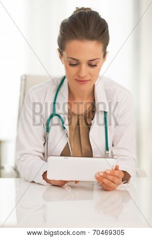 Doctor Woman Using Tablet Pc In Office