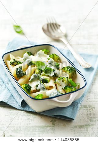 Penne baked with mozzarella and broccoli