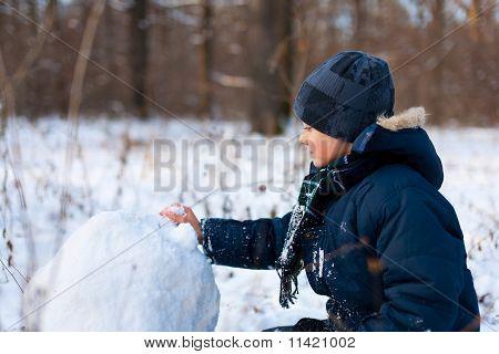 Glückliches Kind spielen im Schnee