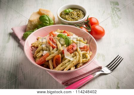 pasta with pesto  tomato e parmesan cheese flake
