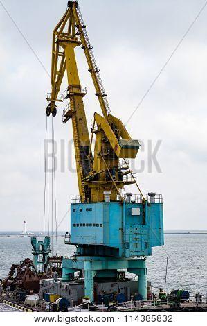 ?argo Crane In The Port