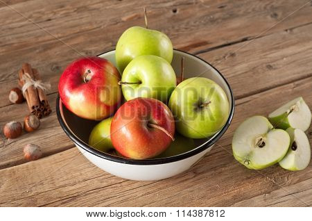 Red And Green Juicy Apples Placed In A Bowl