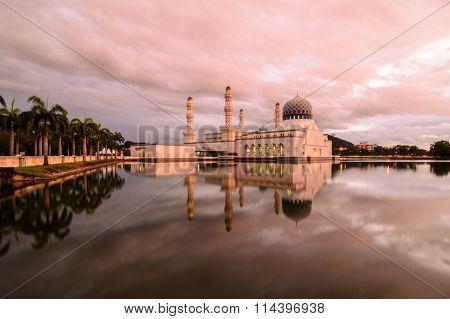 KOTA KINABALU, SABAH, MALAYSIA-OCTOBER 26, 2012: Bandaraya masjid (mosque) in Kota kinabalu, Sabah.