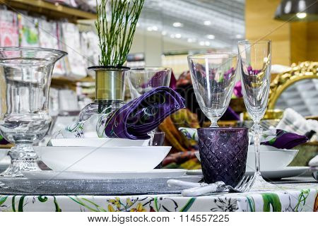 Table serving with decorative tableware
