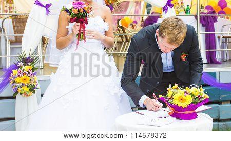 Wedding day - groom make the signature