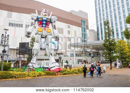 Statue of Gundam at DivercCity