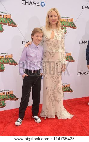 LOS ANGELES - JAN 16:  Kate Hudson, son at the Kung Fu Panda 3 Premiere at the TCL Chinese Theater on January 16, 2016 in Los Angeles, CA
