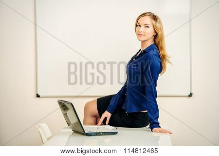 Young businesswoman working in the modern office. Business concept.