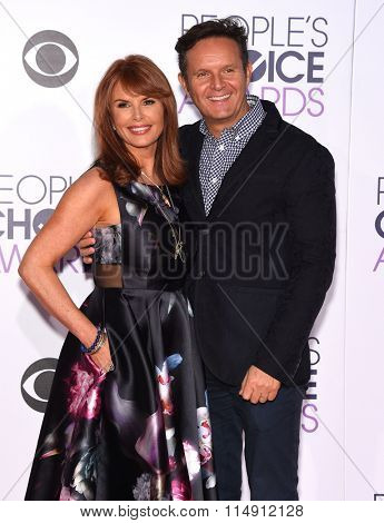 LOS ANGELES - JAN 06:  Roma Downey & Mark Burnett arrives to the People's Choice Awards 2016  on January 06, 2016 in Hollywood, CA.