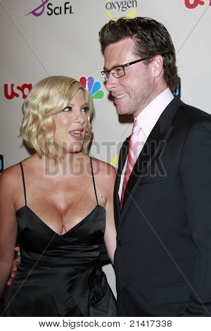 BEVERLY HILLS - JUL 20: Tori Spelling and husband Dean McDermott at the NBC Universal 2008 Press Tour All-Star party in Beverly Hills, California on July 20, 2008