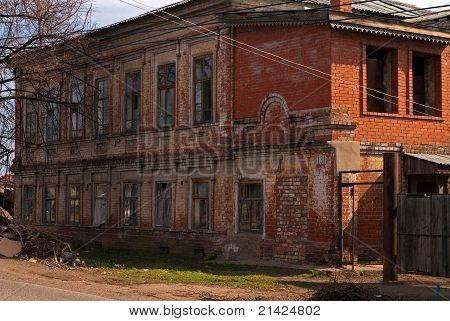 O velho abandonado a casa de tijolo em construção