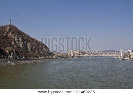 Estátua da liberdade e a ponte de Erzsebet Aross do Danúbio