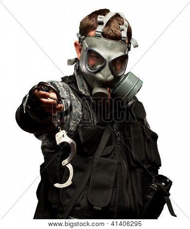 Soldat mit Gasmaske Handschellen auf weißem Hintergrund