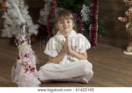 Junges Mädchen im neuen Jahr-Zimmer