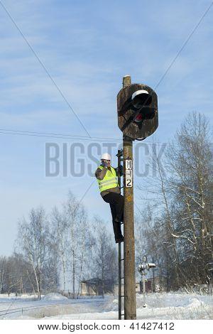 Trabajador ferroviario evaluar la calidad de la edad del poste