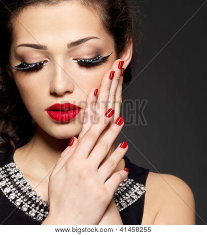 Frau mit kreativen Make-up verwenden falsche Wimpern