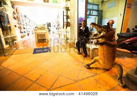 SIEM REAP, Camboja - 13 de dezembro: Loja Crocodilo-siamês couro, 13 de dezembro de 2012, em Siem Reap, Camboja. S