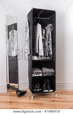 Kleidung-Organizer mit schwarzen und weißen Kleidung