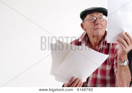 Senior Man Holding Papier