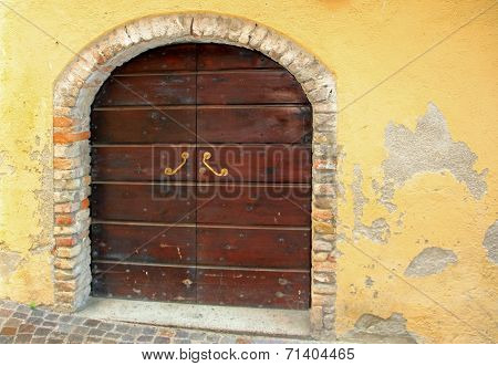 Rustic Arched Entrance And Exfoliated Wall