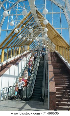 Bogdan Khmelnitsky (kievsky) Pedestrian Bridge (2001), Passers-by On Escalator