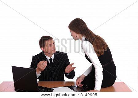 Jovens e pessoas de boa aparência de negócio estão trabalhando na sala de reuniões.