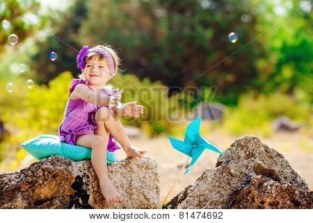 A little girl playing in the Park in the summer.