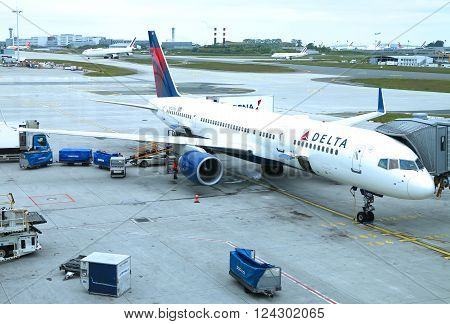 NEW YORK- MAY 23, 2015: Delta Airline Boeing 757 at the gate at the Terminal 4 at John F Kennedy International Airport in New York